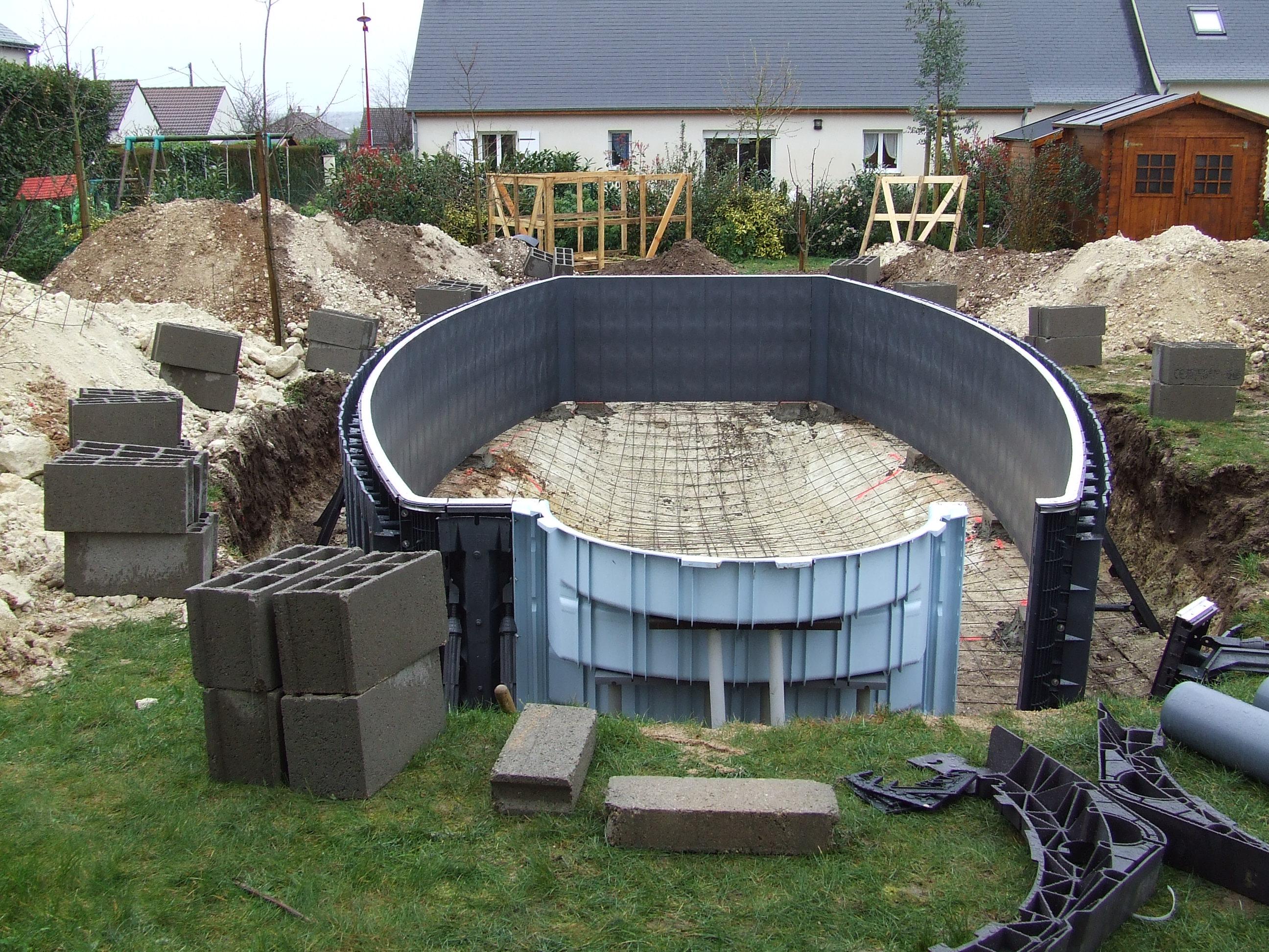 C le montage de la structure une piscine desjoyaux chez for Construction piscine desjoyaux