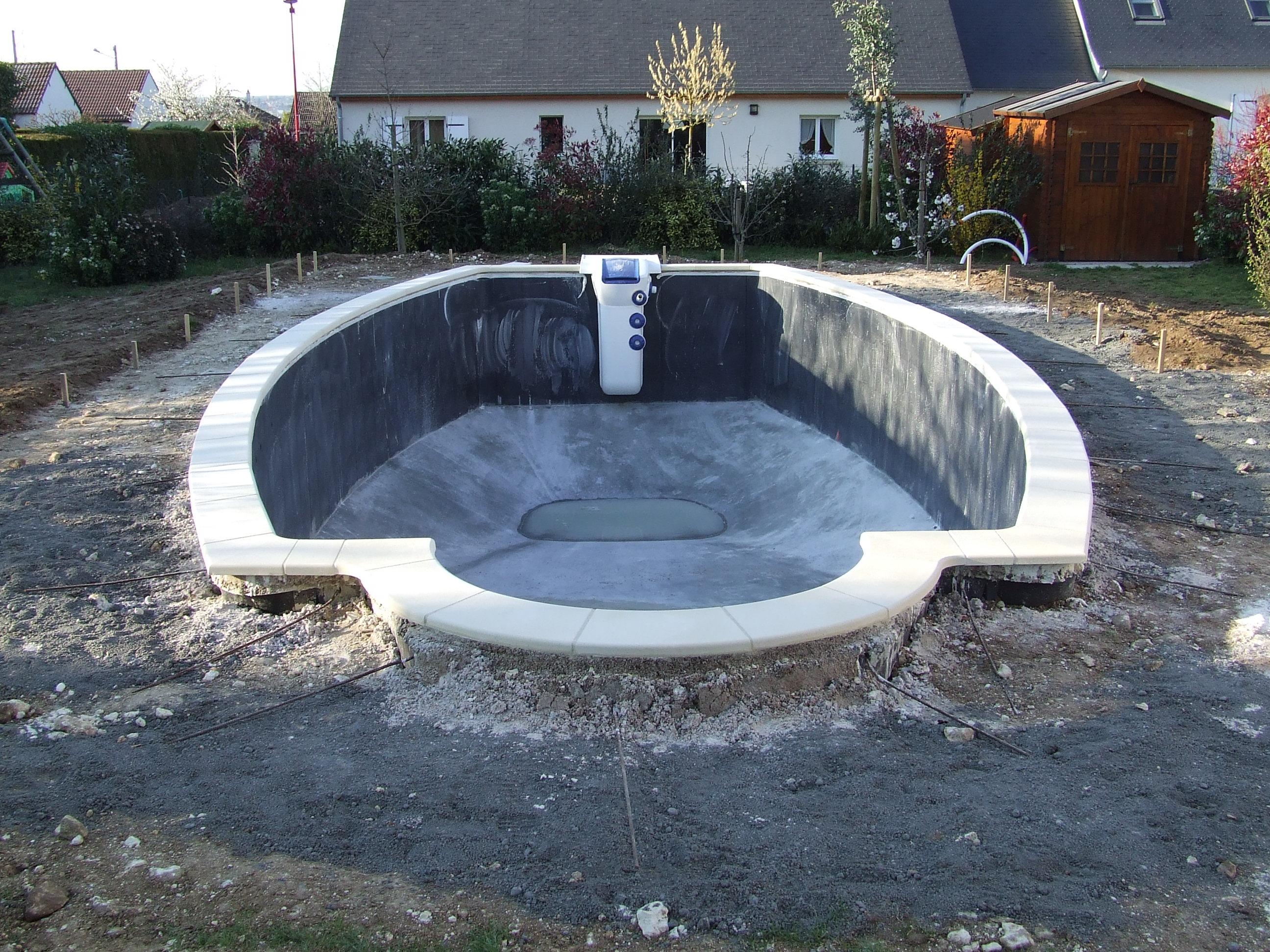 G la pose des margelles une piscine desjoyaux chez soi for Piscine de sable