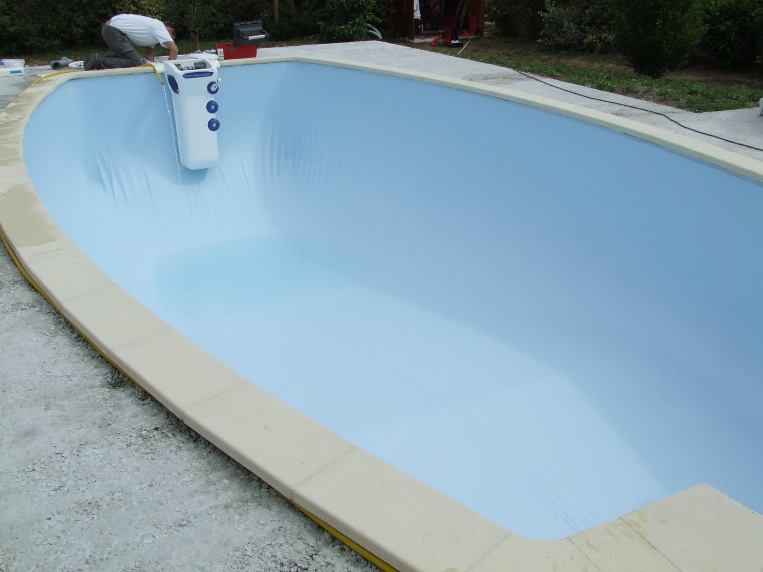 I la pose du liner une piscine desjoyaux chez soi for Pose de liner de piscine